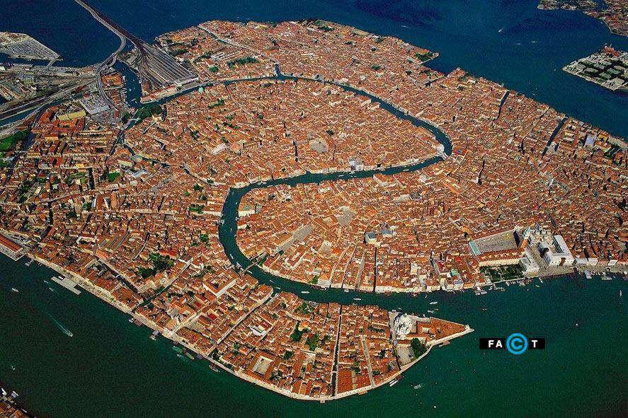 ونیز ایتالیا از 118 جزیره تشکیل شده است و دارای 400 پل است و جابجایی در آن با قایق درون کانالهایش انجام میشود