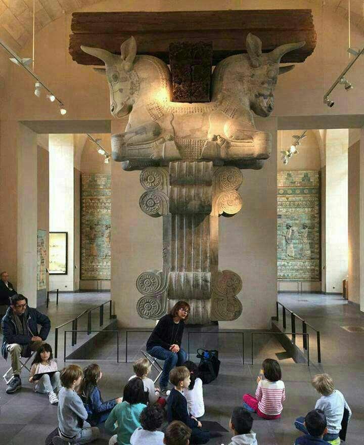 درس کودکان فرانسوی زیر سایه ستون هخامنشی، موزه لوور