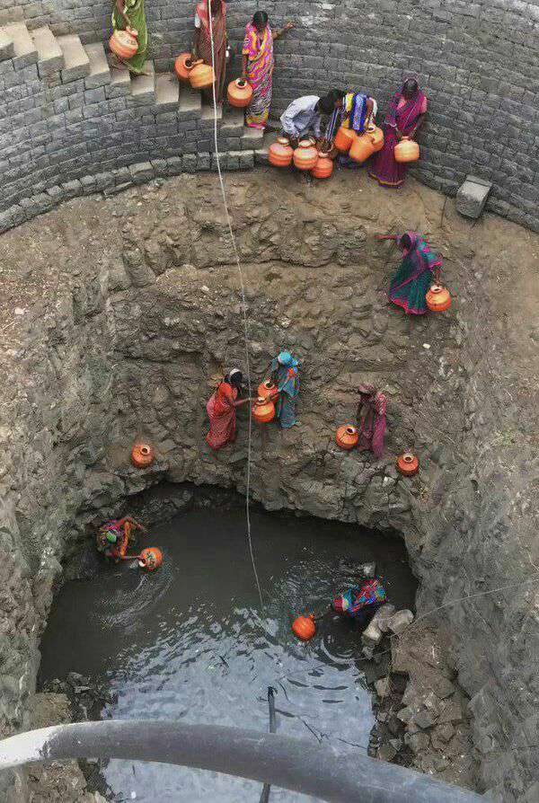 آوردن آب از چاه توسط زنان هندی
