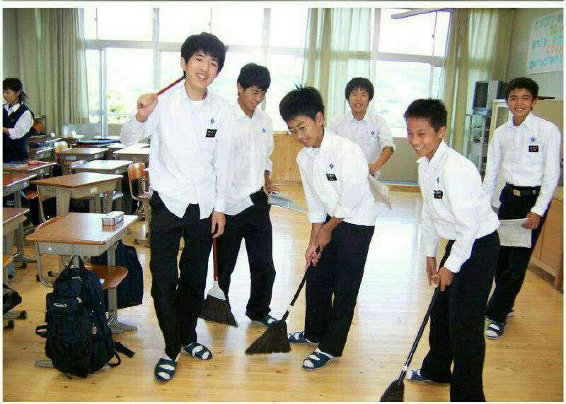 اغلب مدارس ژاپن فاقد نظافتچی هستند و دانش آموزان خودشان طی روز مدرسه و کلاس را تمیز میکنند