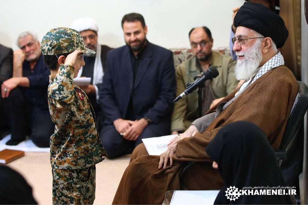تصويری از فرزند شهید مدافع حرم در در دیدار امروز جمعی از خانوادههای شهدای مدافع حرم با رهبرانقلاب