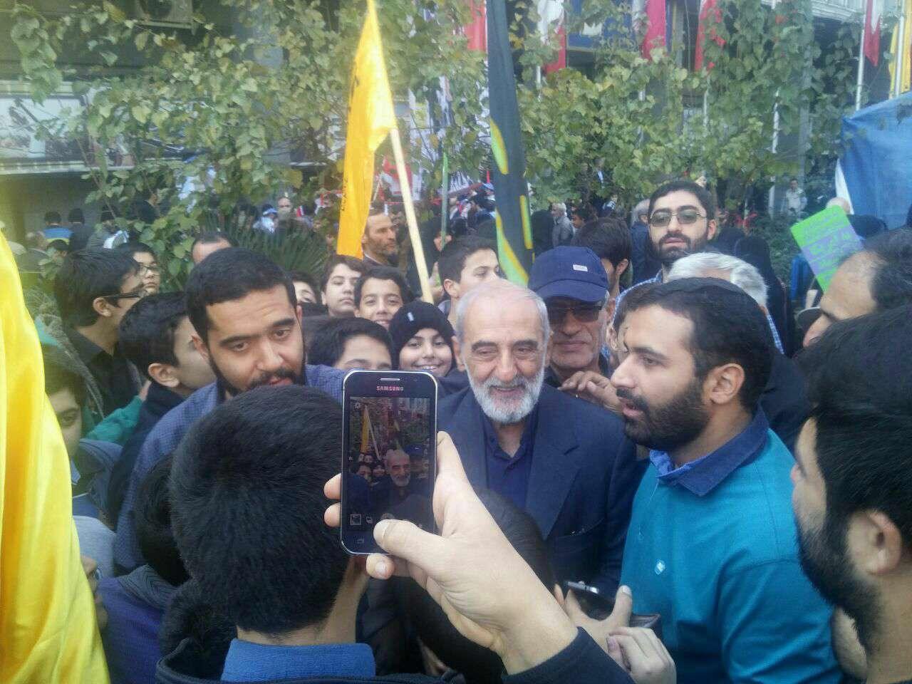 حضور حسین شریعتمداری مدیر مسئول روزنامه کیهان در راهپیمایی روز ملی مبارزه با استکبار جهانی