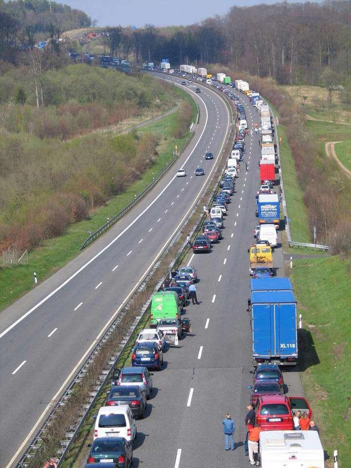جلو جاده تصادف شده،  این وسط رو باز گذاشتن که خودروهای امدادی برسن
