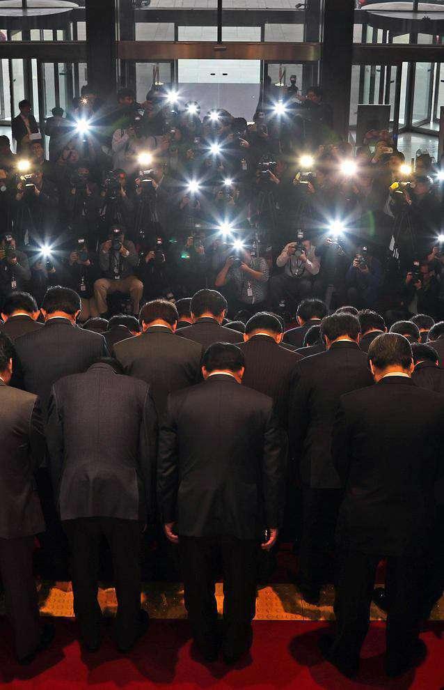 نمایندگان حزب حاکم کره جنوبی در پارلمان این کشور در حال عذرخواهی دسته جمعی به خاطر رسوایی اخیر رییس جمهور این کشور