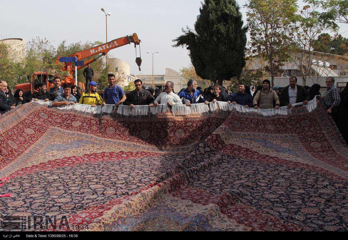 فرش ایوان طلای نجف اشرف به دست 16 هنرمند در طول دو سال در ابعاد 8 در 12/5 بافته شده است.