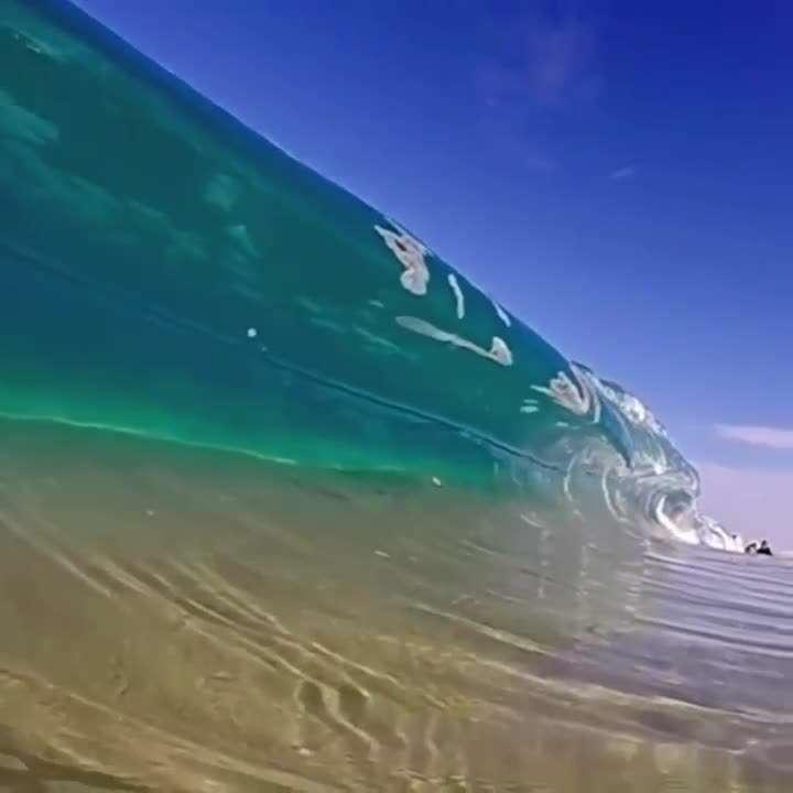لحظه زیبای شکل گیری موج دریا