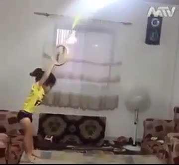 کوچولوی ورزشکاری که از دیوار صاف میره بالا