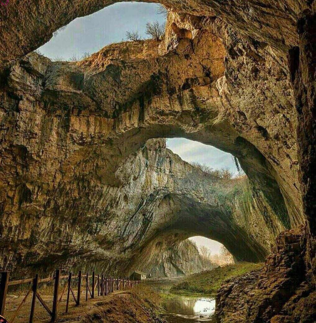 غاری آهکی و عجیب در بلغارستان که بسیار مشهوره چون زمانی به مدت طولانی محل زندگی انسان های اولیه بوده و خانه 30000 خفاش میباشد