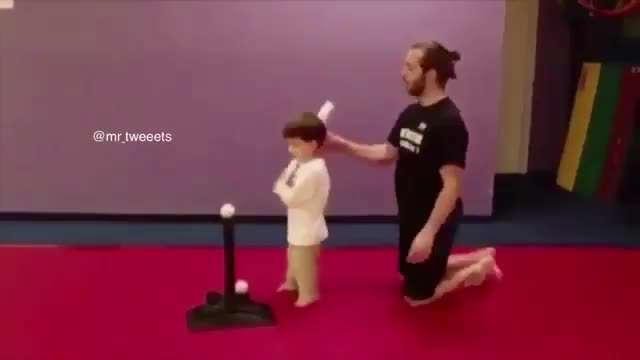 به بچه ميگه چشمت روي توپ باشه، ببين چكار ميكنه