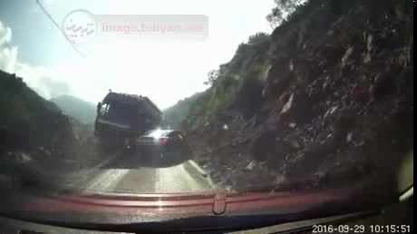 لحظه وحشتناک له شدن خودرو توسط کامیون حمل بار