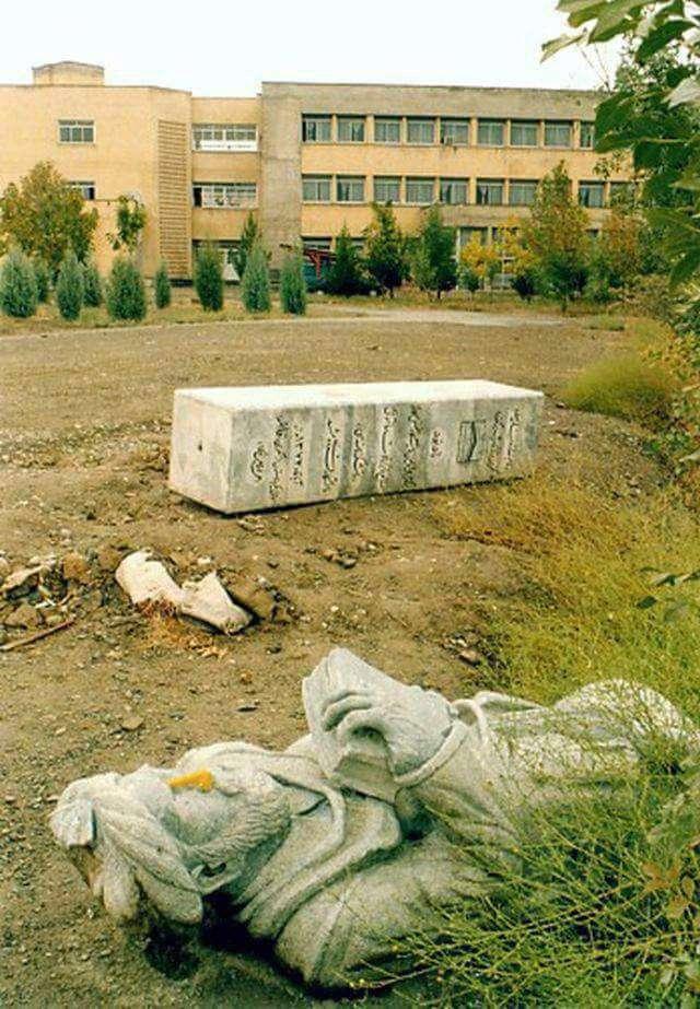 مجسمهٔ واژگون شدهٔ فردوسي در مقابل دانشگاه فردوسي مشهد!