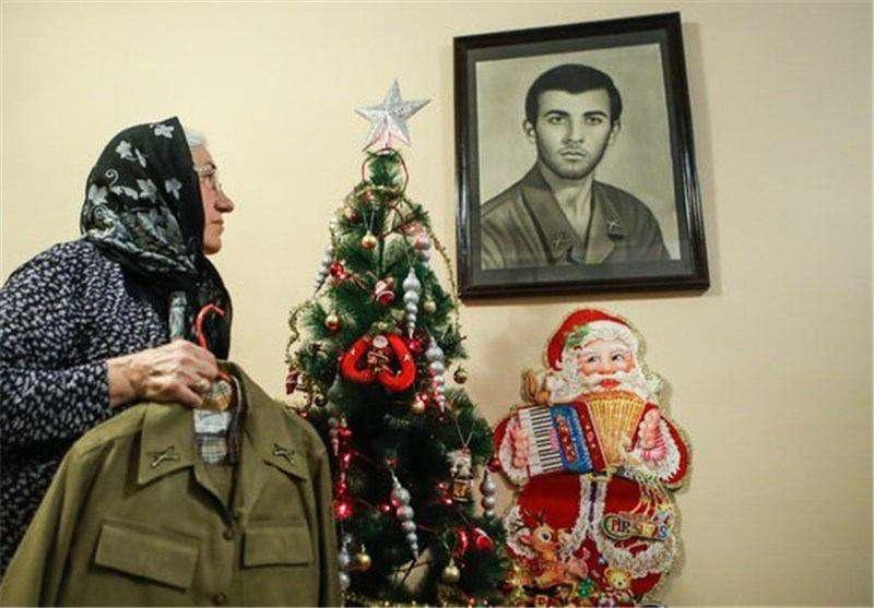 نگاه مادری که سالهاست جای خالی فرزندش را احساس می کند/ قاب عکس متعلق است به « زوریک مرادیان » اولین شهید ارمنی دفاع مقدس