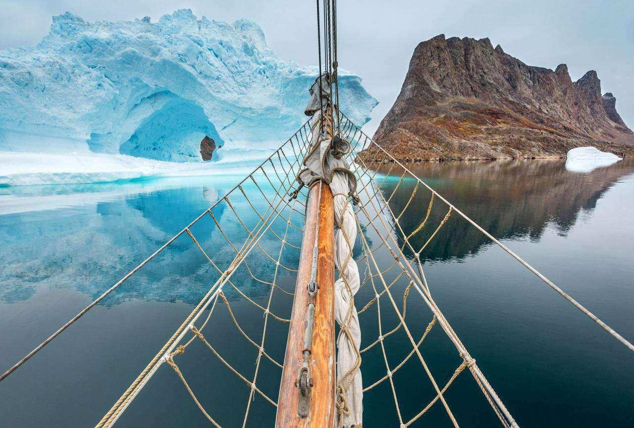 عکس روز نشنال جئوگرافیک ورودی شرقی جزیره گرینلند که 80 درصد آن از یخ پوشیده شده است و برخلاف ظاهر متروکش زیستگاه منحصربفردی از حیات وحش محسوب می شود