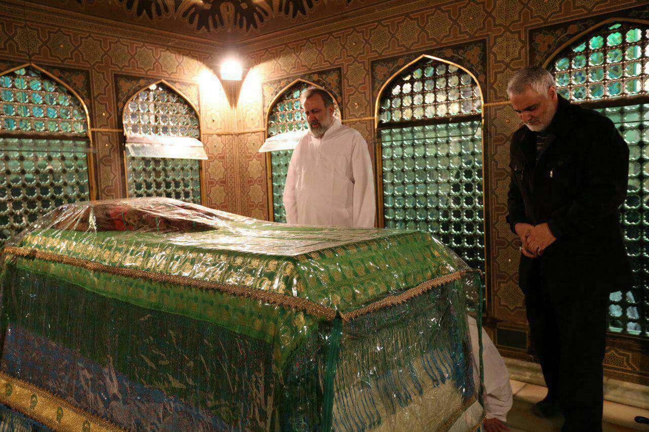 حضور حاج قاسم سلیمانی در مراسم غبارروبی ضریح مطهر حضرت علی بن موسی الرضا علیه السلام در مشهد