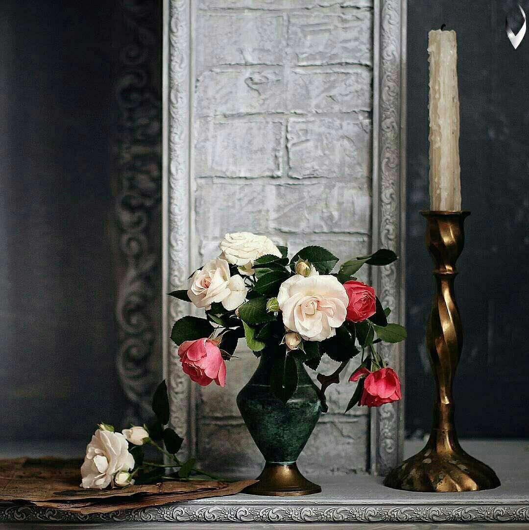 گلدانی کنار شمعدان