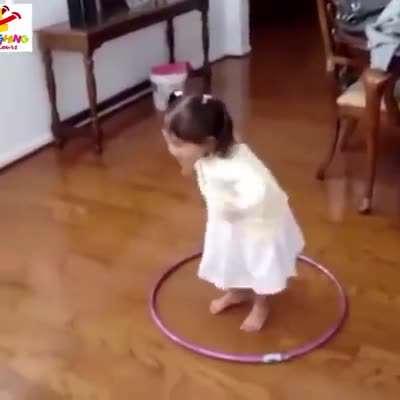حلقه زدن دختر کوچولو