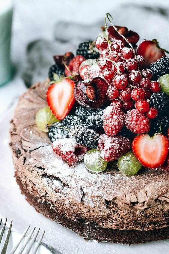 کیک با تزیین میوه