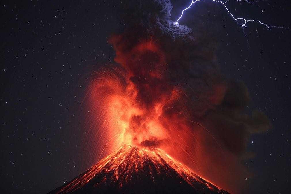 تقابل خیرهکننده آتشفشان و رعد و برق