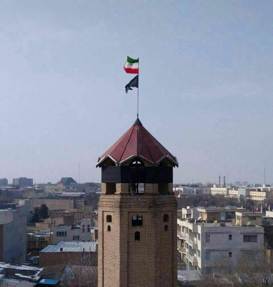 پرچمِ مشکی  اولین برج آتش نشانی کشور در تبریز به احترامِ شهادت تعدادی از آتش نشانان قهرمان در حادثه پلاسکو