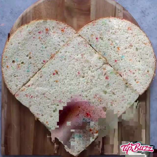 کیک به شکل قلب با تزیین میوه