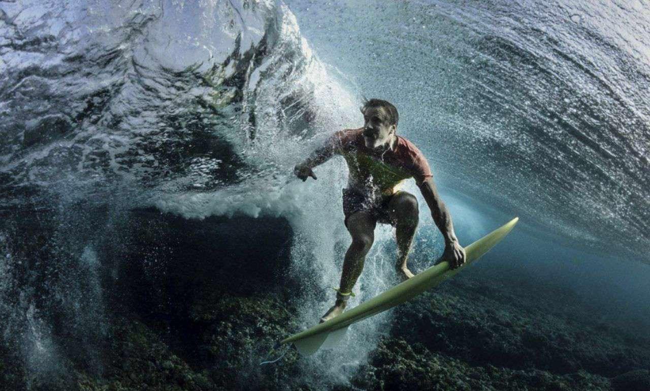 زیر امواج/عکاس این صحنه را هنگامی که موج سوار زیر امواج آبهای فیجی رفته شکار کرده است