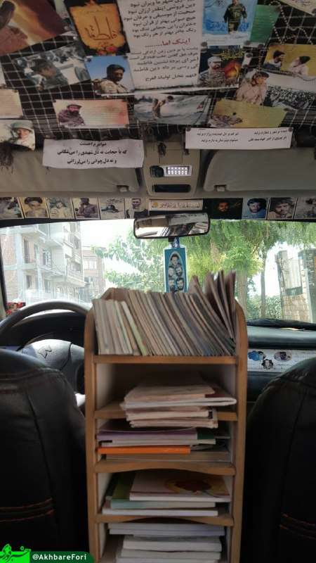 راننده این خودرو با گذاشتن قفسه کتاب درون خودرو خود فرصت مطالعه و کتابخوانی را برای سرنشینان ایجاد کرد.