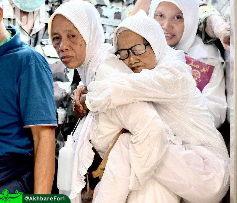 عکس به یادماندنی از حج امسال زن پنجاه ساله ای که مادر پیر خود را بر دوش خود حمل می کرد، سوژه ی رسانه ها شد