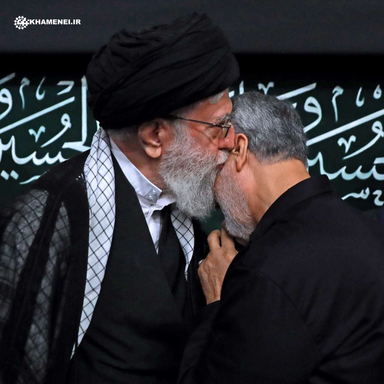 تصویری از سردار سرلشکر حاج قاسم سلیمانی و رهبر معظم انقلاب اسلامی در پایان مراسم عزاداری شب تاسوعا