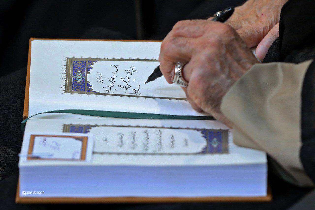 قرآن اهدایی به خانواده شهید محسن حججی در دیدار با رهبر انقلاب اسلامی.۹۶/۷/۱۱