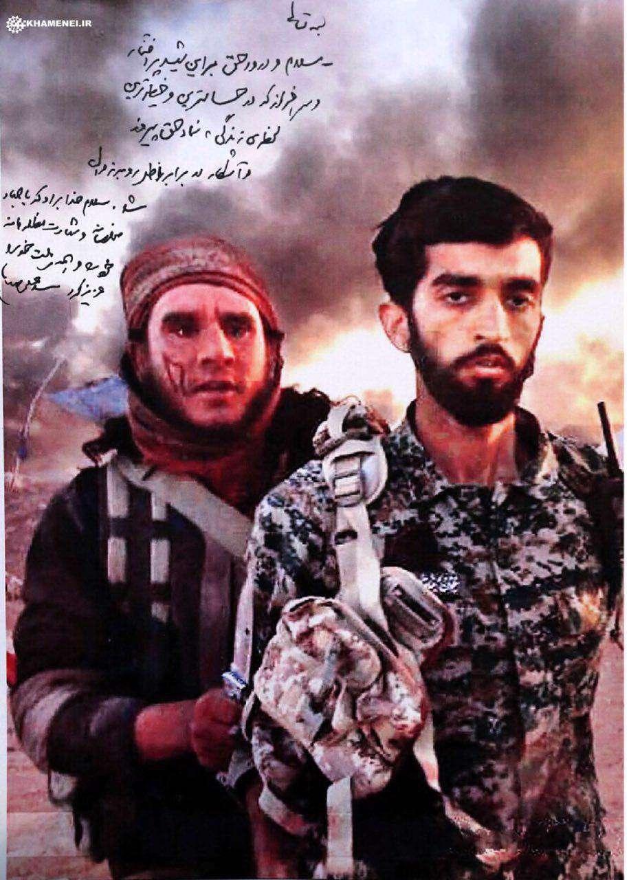 دستخط رهبر انقلاب بر تصویر شهید حججی: سلام و درود حق بر این شهید پرافتخار و سرافراز که در حساسترین و خطیرترین لحظهی زندگی، نماد حق پیروز و آشکار در برابر باطل رو به زوال شد.