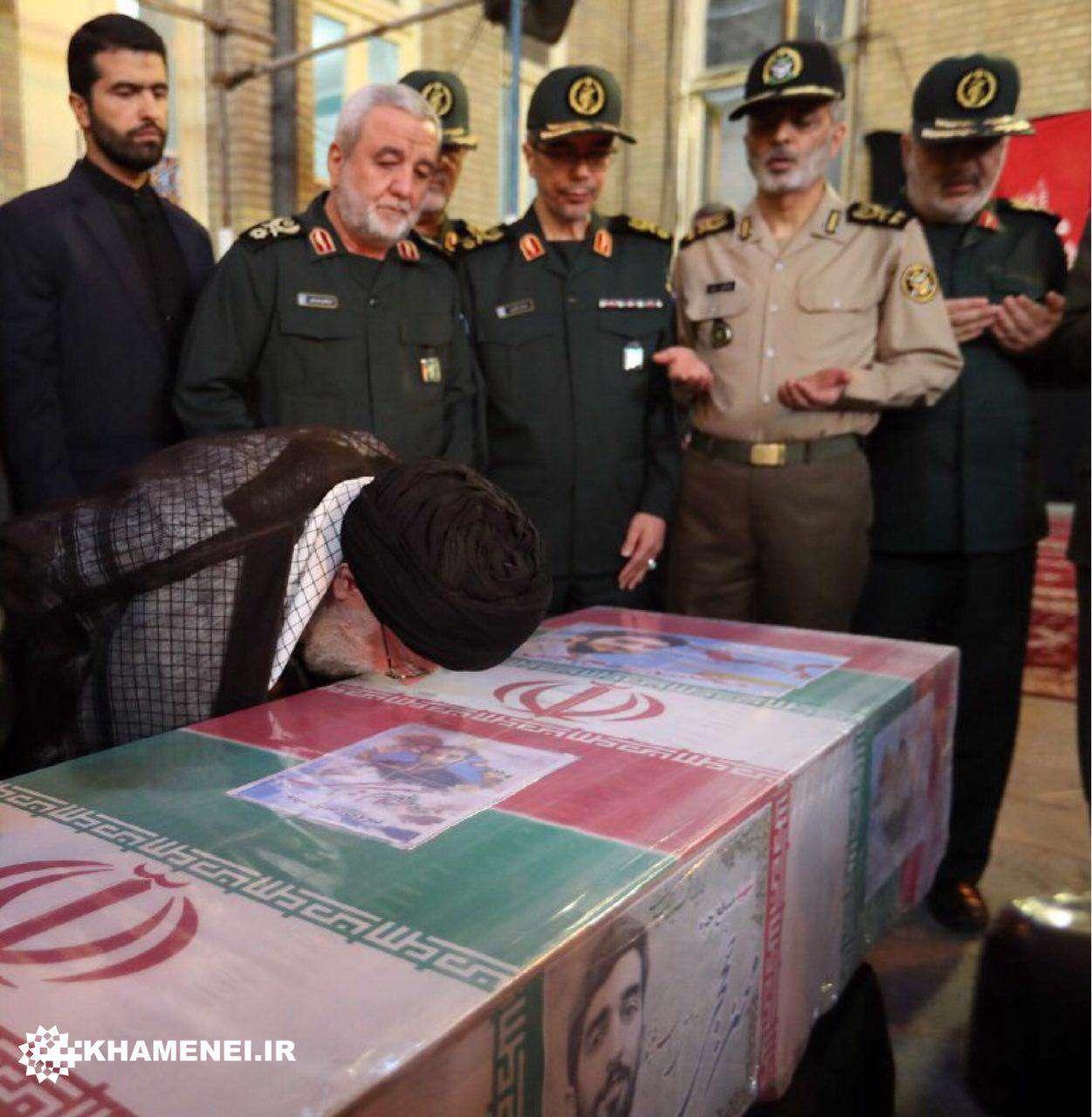 سحرگاه امروز؛ بوسه رهبر انقلاب بر تابوت شهید محسن حججی، مدافع حرم اهل بیت علیهمالسلام