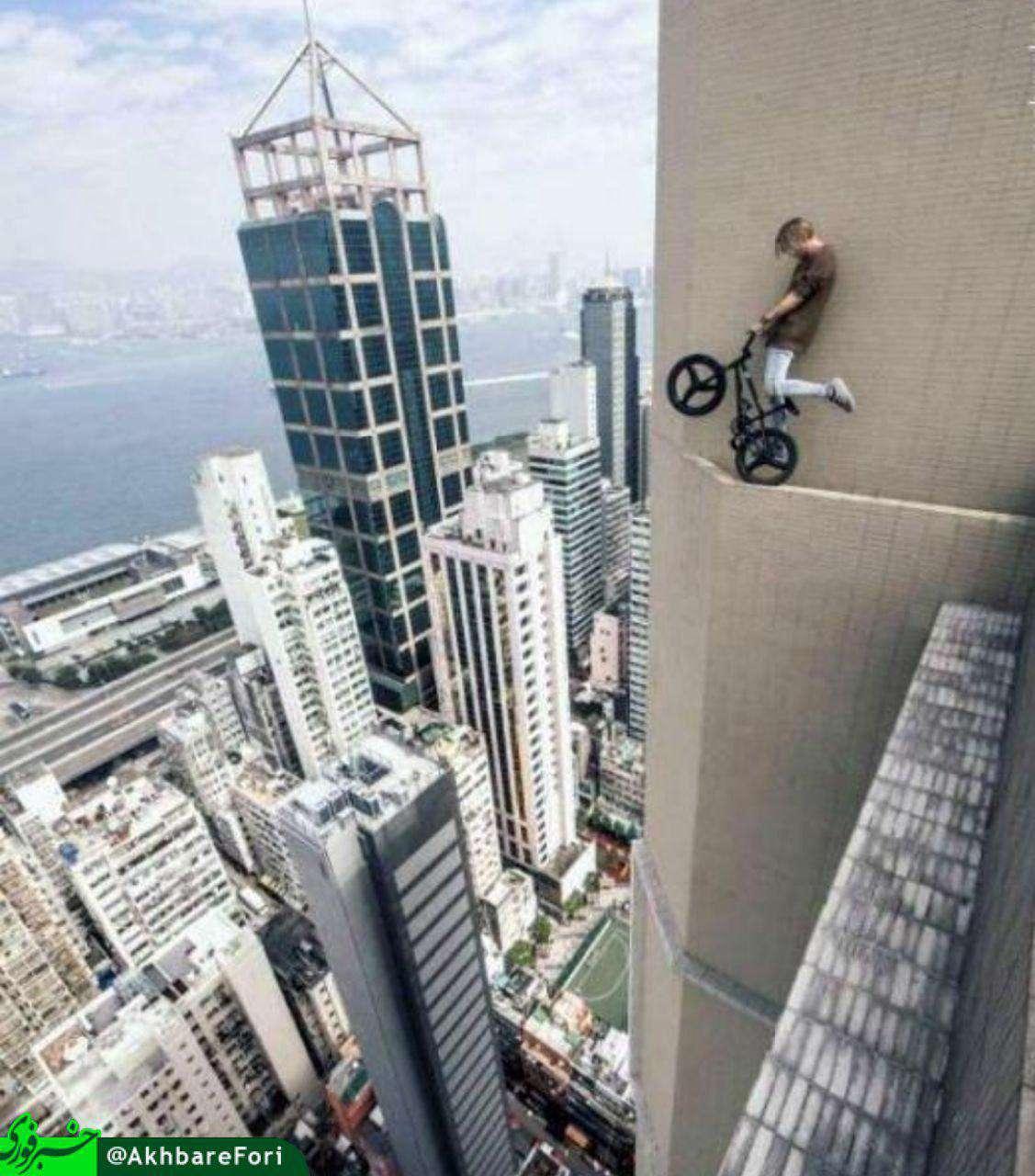 حرکت نمایشی و خطرناک یک دوچرخه سوار اسلونیایی روی لبه طبقه سیاُم یک برج در هنگ کنگ