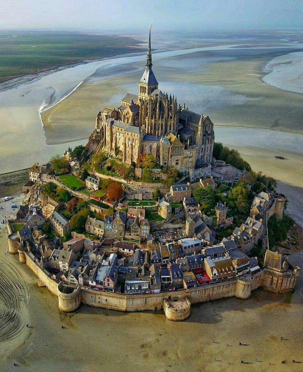 جزیره جادویی به همراه قلعه تاریخی در فرانسه