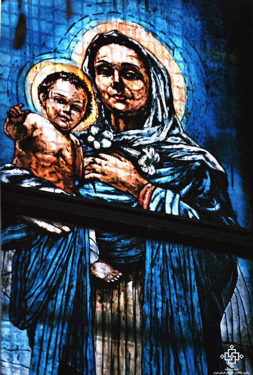 نقاشی پشت شیشه از تصویر حضرت مریم(س) و حضرت مسیح(ع) در کلیسا سرکیس مقدس