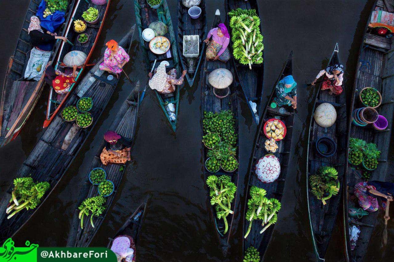 پانصد سال است بیش از صد قایق پیش از طلوع خورشید روی رودخانه مارتاپورا در اندونزی جمع می شوند و میوه، سبزیجات،کیک و گوشت می فروشند