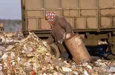 زني در کاميون زباله