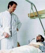 تصویری از یک پزشک در حال معاینه بیمار