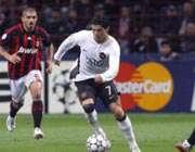 رونالدو  در تلاش برای عبور از میان بازیکنان میلان