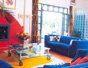 اتاق نشیمن با ترکیب رنگ آبی و نارنجی