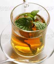برگ نعنا در فنجان چای