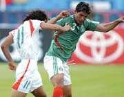 رجب زاده در مقابل مدافع مکزیک