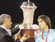 حسن رودباریان کاپیتان و ستاره ی تیم ملی ایران ب  جام قهرمانی را دریافت می کند