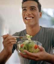 مردی در حال خوردن سالاد