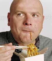 مردی طاس در حال خوردن ماکارونی