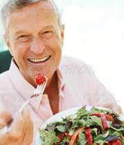 مردی سالمند در حال خوردن سبزیجات
