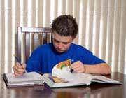 دانش آموزی در حال مطالعه درس
