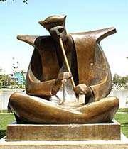 скульптура возле моста си-о-се поль