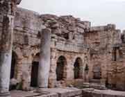 thermes romains de la cité antique de corinthe, grèce