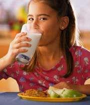 دختری در حال خوردن شیر
