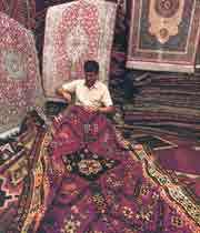 un artisan réparant un tapis à ispahan